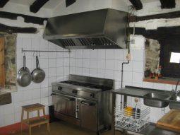 Cocina del albergue en Soba Casón de Sangas